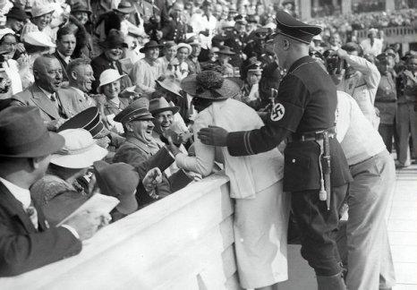 Hitler reagisce al bacio di un'esagitata donna americana alle Olimpiadi di Berlino, 15 agosto 1936
