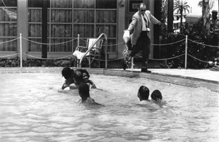 James Brock versa acido nella piscina - Fotografia di Horace Cort