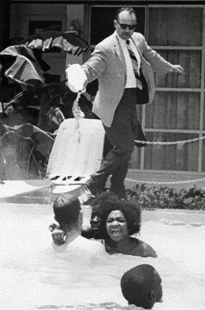 James Brock versa acido nella piscina