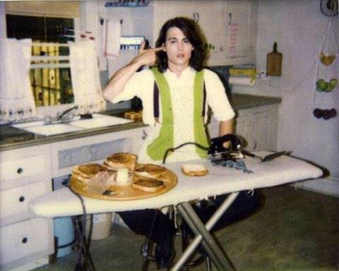 """Johnny Depp in """"Benny e Joon"""" griglia panini al formaggio con un ferro da stiro"""