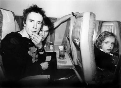Johnny Rotten e Sid Vicious dei Sex Pistols su un volo da Londra a Bruxelles, 1977