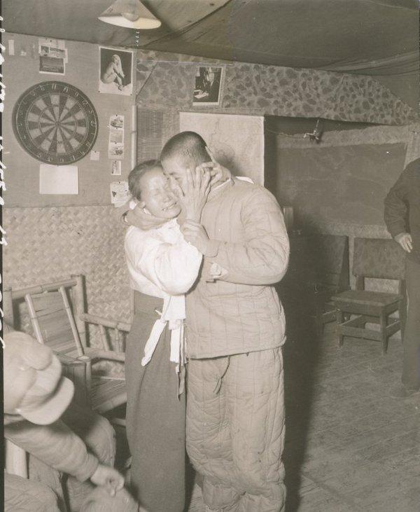 Madre e figlio si abbracciano dopo la fuga del figlio dal campo di lavoro della Corea del Nord e il ritorno alla Corea del Sud, 1950
