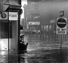 L'agente di polizia John Shuttleworth durante l'inondazione, Cambridge Ontario 1974