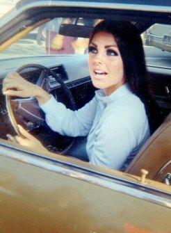 Priscilla Presley fuori dalla sua casa a Beverly Hills, 1969