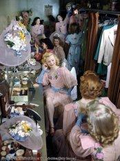 Le Rockettes prima di uno spettacolo al Radio City Music Hall, New York, 1949. Foto di Ivan Dmitri
