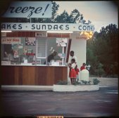 La segregazione, Shady Grove, Alabama, 1956. Fotografia di Gordon Parks