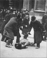 Susan B Anthony presa a pugni e arrestata per aver tentato di votare nel 1872. E 'stata multata per la registrazione al voto