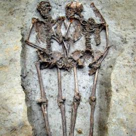 I resti scheletrici di una coppia di epoca romana che è rimasta mano nella mano per 1.500 anni