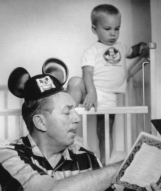 Walt Disney legge una favola a suo nipote