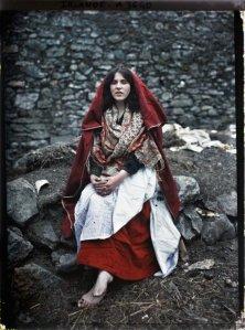 Una ragazza che indossa un abito tradizionale Claddagh, Irlanda, 1913. Foto di Marguerite Mespoulet e Madeleine Mignon-Alba