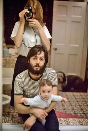 Un autoritratto di Linda, Paul e Mary McCartney, 1969. Linda era una fotografa professionista prima di incontrare Paul