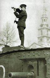 Un soldato che suona il violino su un carro armato a Trafalgar Square 1917