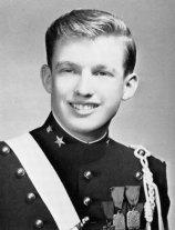 Un giovane Donald Trump in uniforme militare
