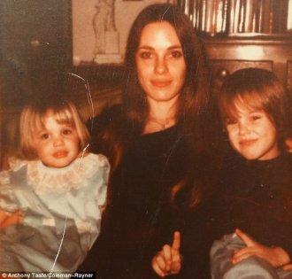 Angelina Jolie, sua madre Marcheline Bertrand, e il fratello James, 1977