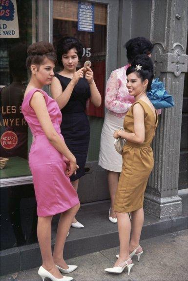 Al Puerto Rican Day Parade, New York, 1963. Fotografia di Joel Meyerowitz dalla Howard Greenberg Galleria