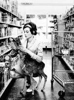 """Audrey Hepburn al market col suo cervo domestico """"IP"""" a Beverly Hills, CA 1958"""