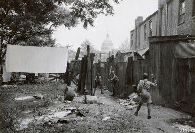 Baseball nei vicoli di Washington D.C. circa 1940. Fotografia di W. Shaffer tramite il National Archives