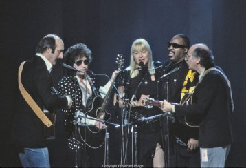"""Bob Dylan, Peter, Paul and Mary e Stevie Wonder durante l'esecuzione di """"Blowin 'in the Wind"""" 1986"""
