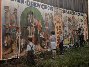 Bambini leggono un cartellone Sylvan Drew Circo, 1931. Fotografia di Jacob J. Gayer, National Geographic Creative