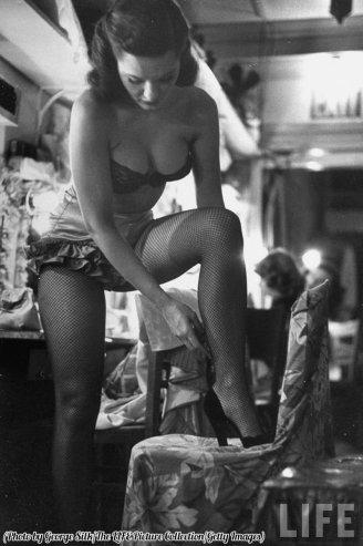Corista-cantante Linda lombard, dietro le quinte si prepara per lo show di New York 1949