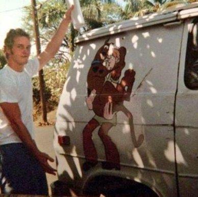 Chris Pratt quando viveva in questo furgone. Tiene in mano il contratto del suo primo lavoro da attore