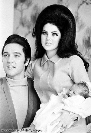 Elvis e Priscilla Presley con Lisa Marie, 1968