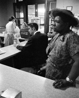 Elvis Presley mangia al banco in una contea da pranzo segregato a Chattanooga, Tennessee nel 1956. Fotografia di Alfred Wertheimer