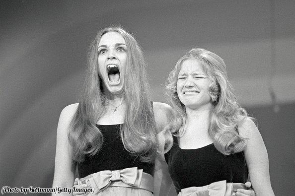 Espressioni del momento in cui Mary Fitzpatrick (a sinistra) viene eletta Miss America adolescente, 1971