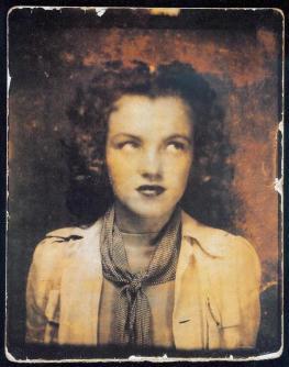 Norma Jeane Baker in una cabina fotografica all'età di 12 anni, 1938
