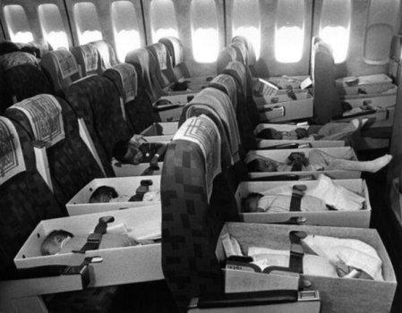 Operazione Babylift, 1975. Oltre 3300 orfani vietnamiti furono evacuati in aereo verso gli Stati Uniti e in altri paesi
