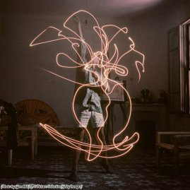 Pablo Picasso utilizza una penna ottica, 1949