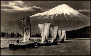 Navigando nel Fuji, Giappone circa 1920. Splendida foto, anche se vi è probabilmente stata una certa manipolazione manuale dell'artista