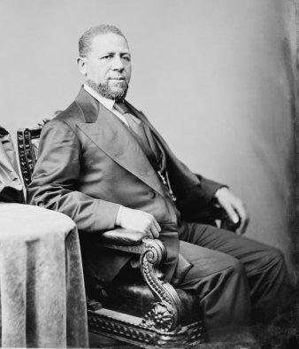 Senatore Hiram Rhodes Revels, il primo afro-americano a sedere nel Senato degli Stati Uniti. Fotografia di Mathew Brady, circa 1870