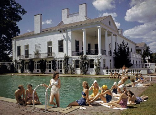 Tintarella accanto a una piscina a Charlotte, North Carolina, 1941. Fotografia di J. Baylor Roberts, National Geographic