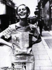 Twiggy in un abito-giornale londinese. 1967