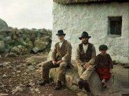 Due pescatori e un ragazzo, An Spidéal, Irlanda, 1913. Foto di Marguerite Mespoulet e Madeleine Mignon-Alba
