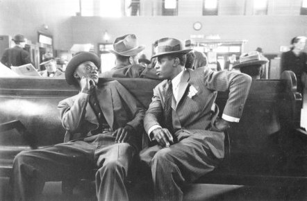 Due uomini al Greyhound Bus Terminal, New York, 1947. Foto di Esther Bubley
