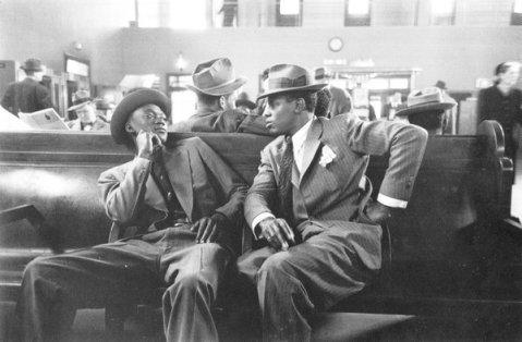 Due uomini al Greyhound Bus Terminal, New York, 1947. Foto di Esther Bubley