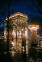 Giovani amanti si abbracciano all'Arco di Trionfo a Parigi, 1960. Fotografia di Thomas Nebbia, National Geographic Creative
