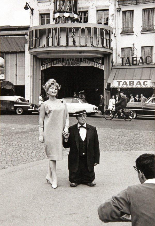 Zsa Zsa Gabor e Buster Keaton al Moulin Rouge, 1959. Fotografia di Henry Wolf