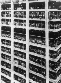 3.000 uomini hanno contribuito a costruire la Chase Manhattan Bank alta 810 piedi. New York, Agosto 1964