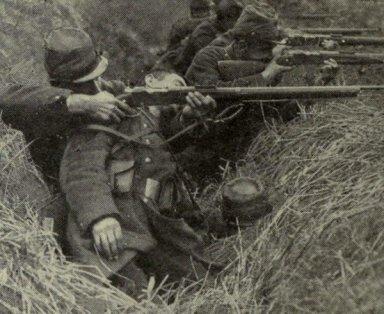 Un soldato francese spara poggiandosi al corpo di un compagno morto, agosto 1914