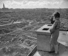 Una ragazza guarda le rovine del ghetto di Varsavia, 1946. Fotografia di Reginald Kenny