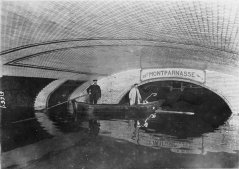 Una stazione della metropolitana durante il Diluvio Universale di Parigi, 1910
