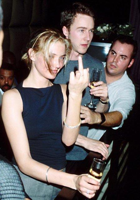 Un giovane Cameron Diaz, che fa il dito medio, e Edward Norton partecipano ad una festa di Tommy Hilfiger a Miami