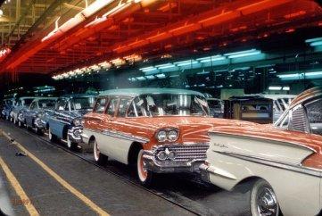 Catena di montaggio Chevrolet nel 1957. Kodachrome di Phillip Harrington
