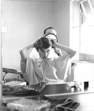 Audrey Hepburn si fa tagliare i capelli, 1953