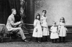 Padre austriaco posa con una frusta e conduce una squadra di 'cavalli', le sue figlie, nello studio di un fotografo, Ungheria. 1870