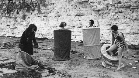 Bagnanti si spogliano usando lo 'skreenette' in una spiaggia pubblica, 1929