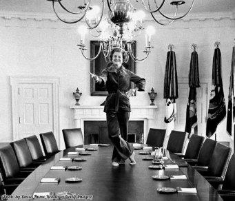 Betty Ford balla sul tavolo del Gabinetto della Casa Bianca il suo ultimo giorno come First Lady, 1977